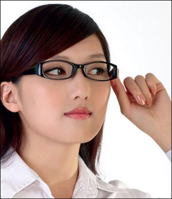 Không nên đeo kính trong thời gian đầu sau phẫu thuật mũi Hàn Quốc